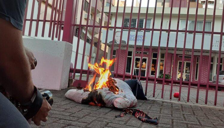 """WhatsApp Image 2021 07 03 at 16.56.18 750x430 1 - """"Fora Ricardo Barros!"""" Escritório do líder do governo na Câmara é alvo de protesto e tem boneco queimado - VEJA"""