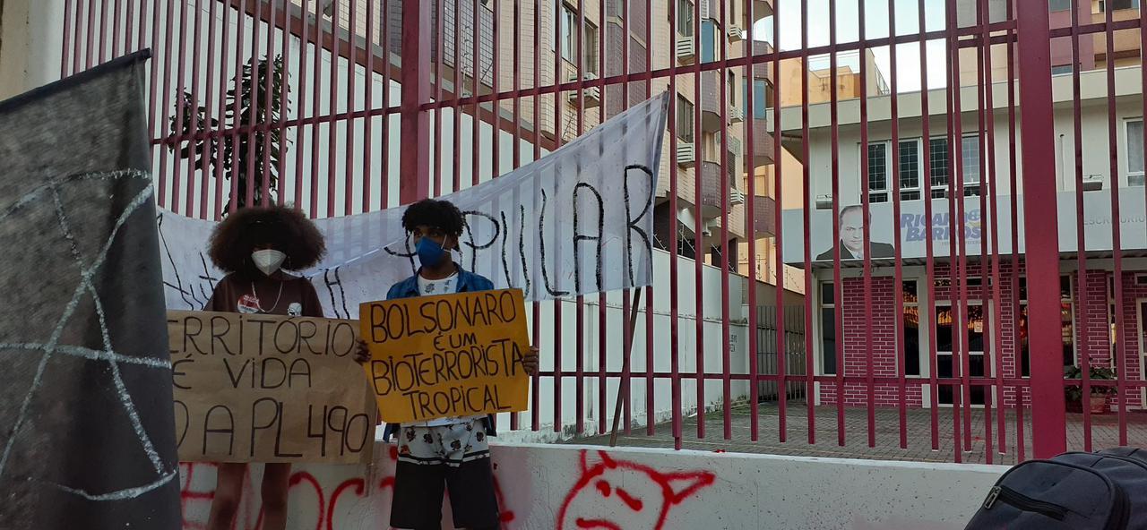 """WhatsApp Image 2021 07 03 at 16.56.19 - """"Fora Ricardo Barros!"""" Escritório do líder do governo na Câmara é alvo de protesto e tem boneco queimado - VEJA"""