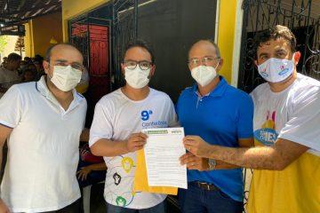 Ao lado do prefeito de Catolé do Rocha, Jarques Lúcio entrega pedido de instalação da Casa da Cidadania no município
