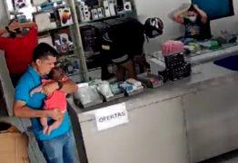 Dois homens assaltam loja em Cajazeiras e apontam arma para homem com bebê nos braços – VEJA VÍDEO