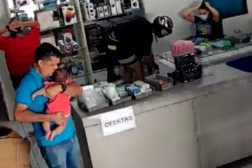 WhatsApp Image 2021 07 28 at 17.42.23 1 e1627505068613 360x240 - Dois homens assaltam loja em Cajazeiras e apontam arma para homem com bebê nos braços - VEJA VÍDEO