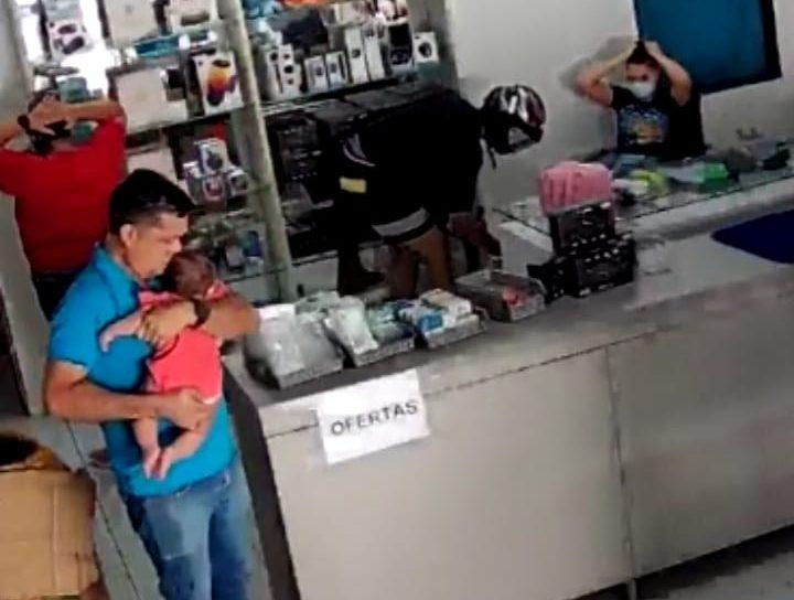 WhatsApp Image 2021 07 28 at 17.42.23 1 e1627505068613 - Dois homens assaltam loja em Cajazeiras e apontam arma para homem com bebê nos braços - VEJA VÍDEO