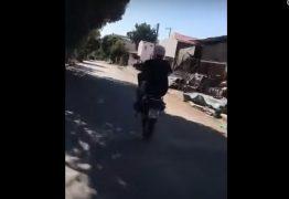 Carro invade a principal e é atingido por homem que empinava a moto – VEJA VÍDEO
