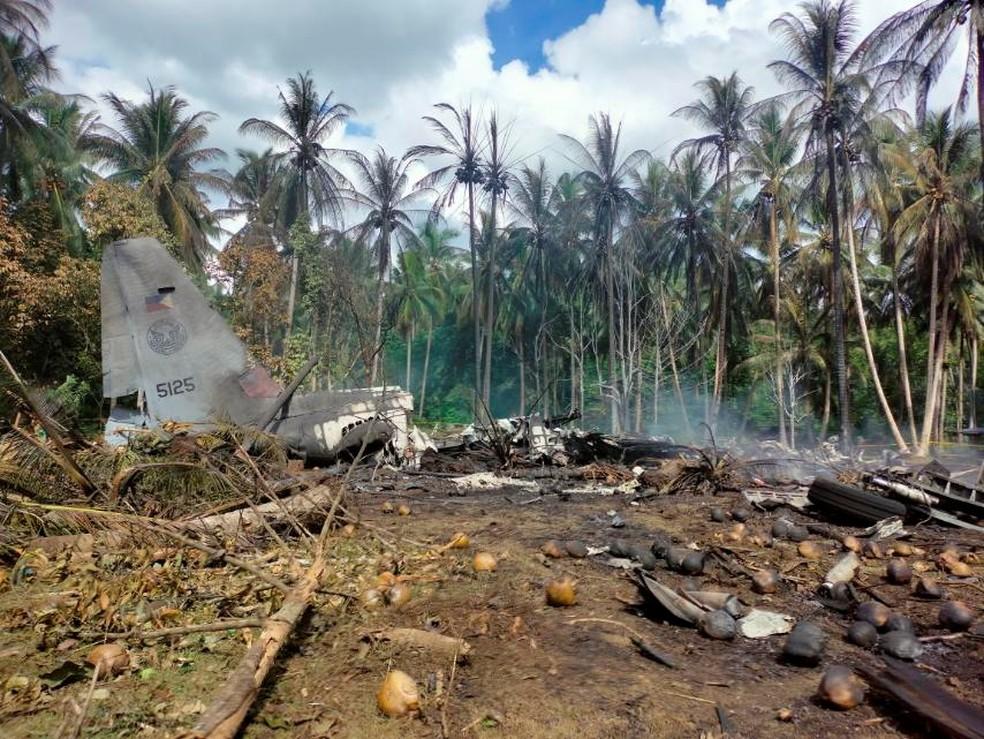 acidente aviao - TRAGÉDIA! Avião militar cai enquanto tentava pousar; autoridades afirmam que 45 passageiros morreram -VEJA