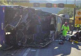 Perícia investiga o que teria causado acidente com ônibus de time de futsal na BR-376 nesta quinta; duas pessoas morreram