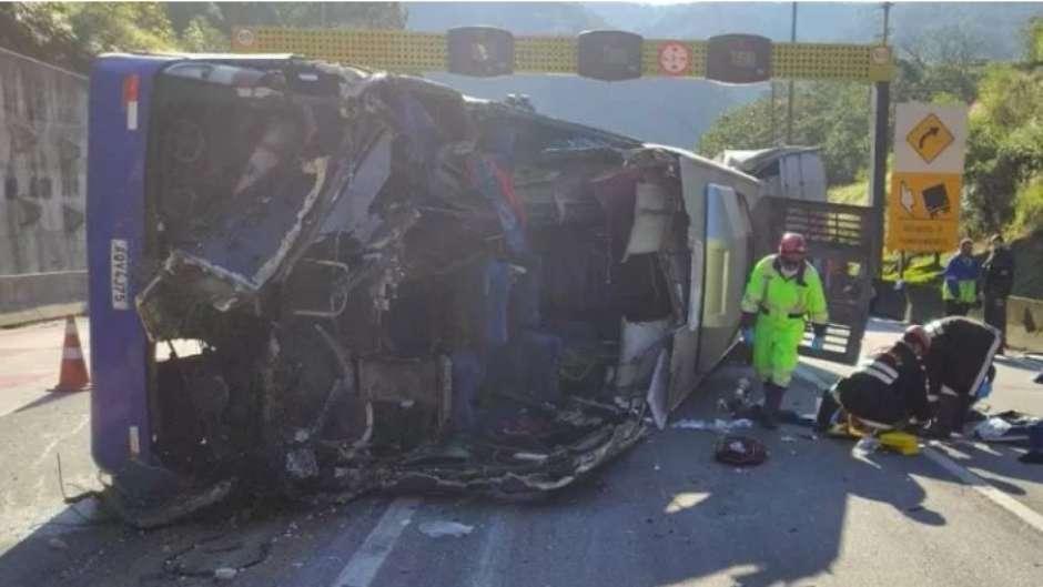acidente time - Perícia investiga o que teria causado acidente com ônibus de time de futsal na BR-376 nesta quinta; duas pessoas morreram