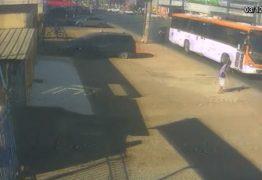 IMAGENS CHOCANTES: Idosa de 85 anos é atropelada e arrastada por ônibus – VEJA VÍDEO