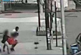 Homem rapta menino na frente da mãe – VEJA VÍDEO
