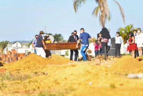 "enterro lazaro - ""Meu Deus, por quê?"": familiares de Lázaro Barbosa se desesperam durante enterro em Goiás"