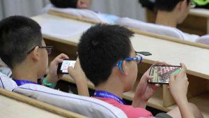 estudantes chineses com smartphone 300x169 - Projeto na Câmara quer destinar telefones apreendidos em prisões a alunos de escolas públicas
