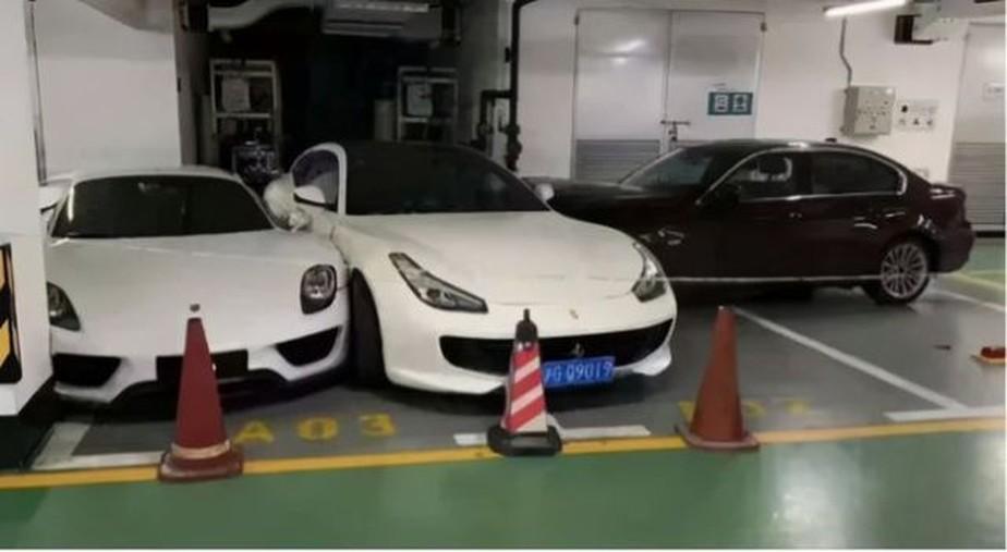 ferrari porsche mercedes bmw crash 3 - DISCUSSÃO NO ESTACIONAMENTO: esposa destrói Porsche de R$ 10 milhões, Ferrari, Mercedes e BMW