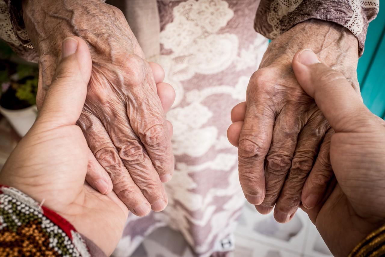 gettyimages 1037263810 - Número dos óbitos de idosos por Covid-19 cai na Paraíba