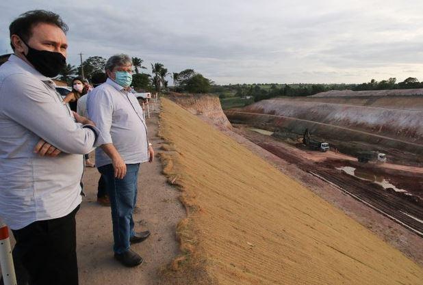 ja 1 - Governador João Azevêdo realiza visita técnica em obras do canal Acauã-Araçagi