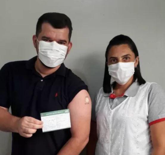 jove - Jovem que tatuou 'Butantan, vacine aqui' recebe 1ª dose de imunizante