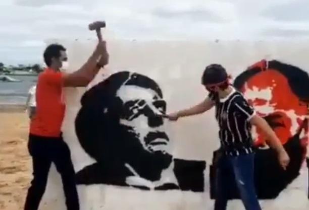 muro petrolina - Manifestantes derrubam muro com rosto de Bolsonaro e senador Fernando Bezerra a marretadas durante protestos - VÍDEO