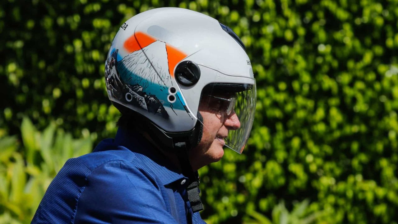 Sem máscara, Bolsonaro passeia de moto por Brasília com Braga Netto