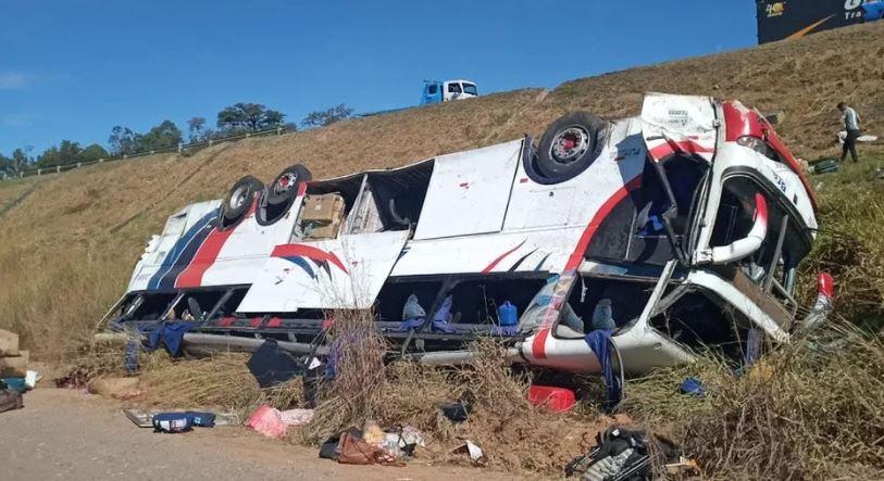 onibu - Queda de ônibus em ribanceira deixa 3 mortos e 37 feridos