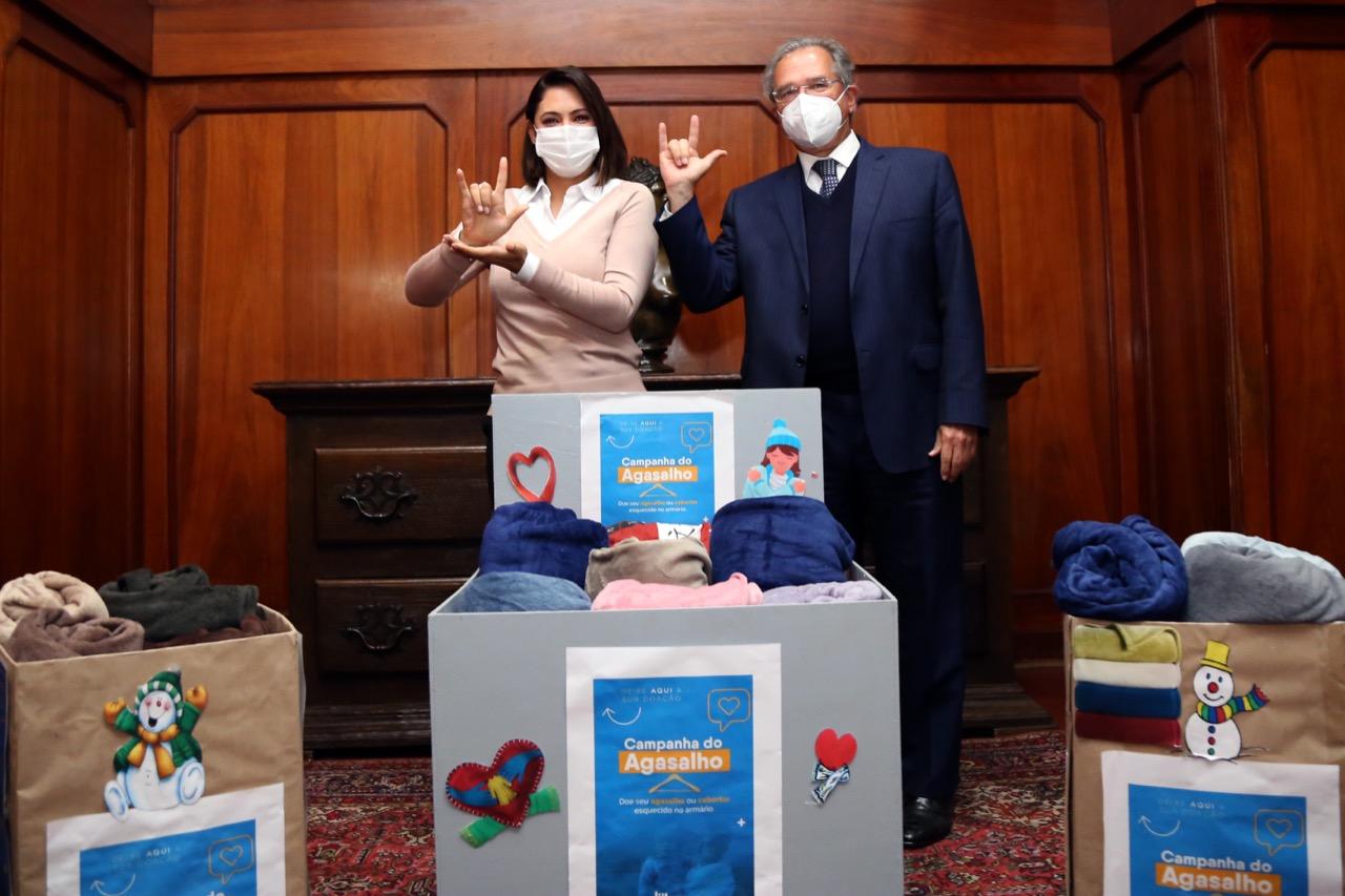 "paulo guedes - Ministério da Economia doa ""148 itens"" para campanha de Michelle Bolsonaro e Guedes vira piada nas redes: ""Que vergonha"""
