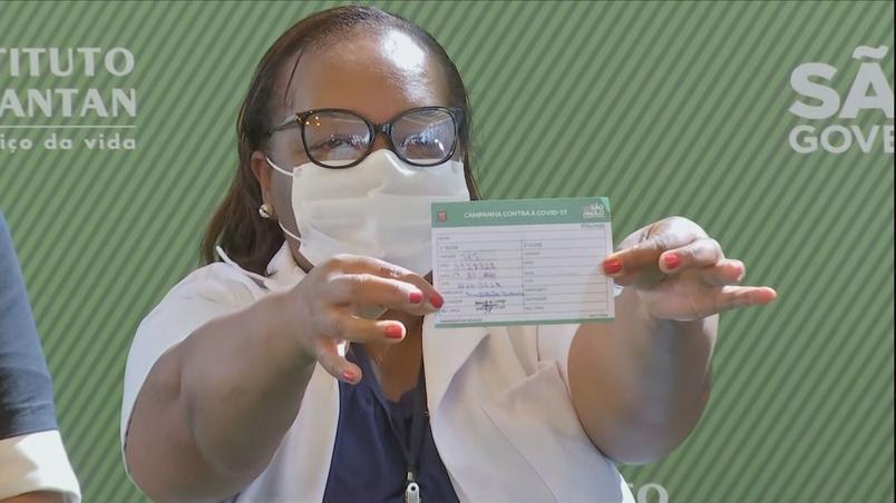primeira brasileira vacinada no brasil exibe seu cartao de vacinacao - 'Sou prova viva de que Coronavac é eficaz', diz 1ª pessoa vacinada no Brasil