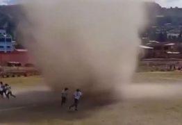 FENÔMENO: Redemoinho interrompe partida de futebol na Bolívia – VEJA VÍDEO