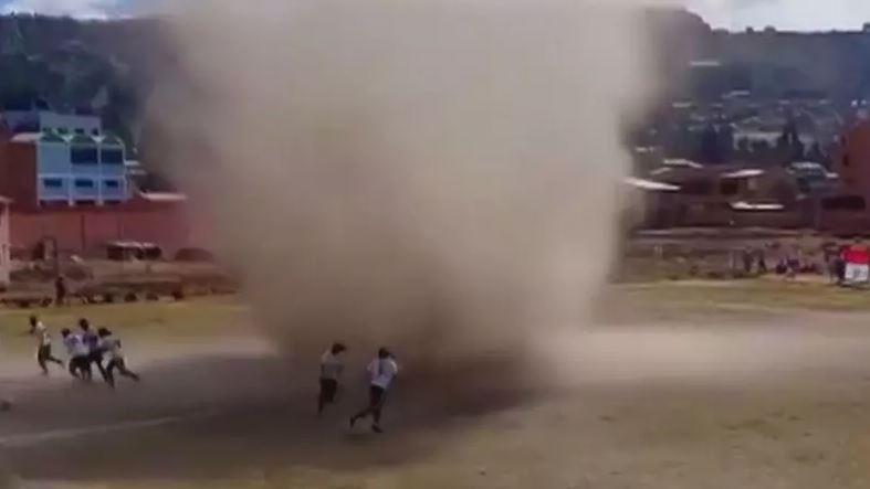 qa - FENÔMENO: Redemoinho interrompe partida de futebol na Bolívia - VEJA VÍDEO