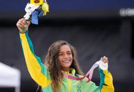 Medalha olímpica aos 13 anos e sorriso de Rayssa contribuem para debate sobre idade no esporte