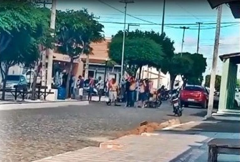 """refes assuncao - Suspeitos assaltam supermercado e fazem """"barreira humana"""" com reféns na Paraíba - VÍDEO"""