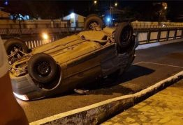 Motorista avança cruzamento, perde controle e capota veículo em viaduto em Tambauzinho