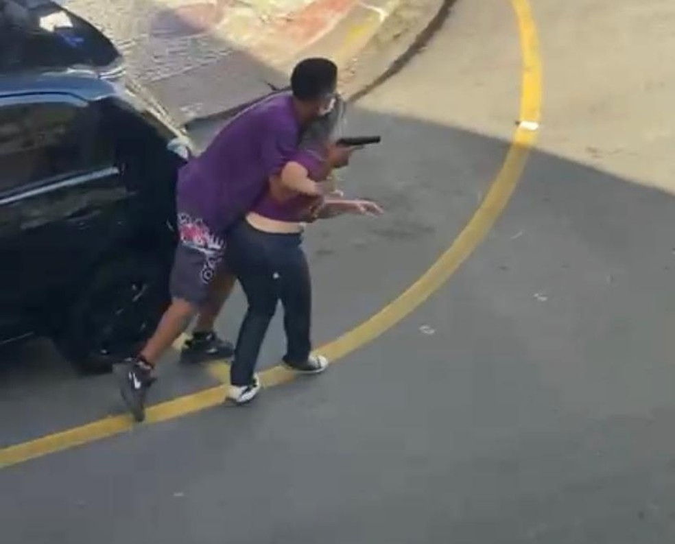 """sequestro - """"Nasci de novo"""", diz vendedora sequestrada por assaltante; moradores registraram momento em que PM mata criminoso - VEJA VÍDEO"""