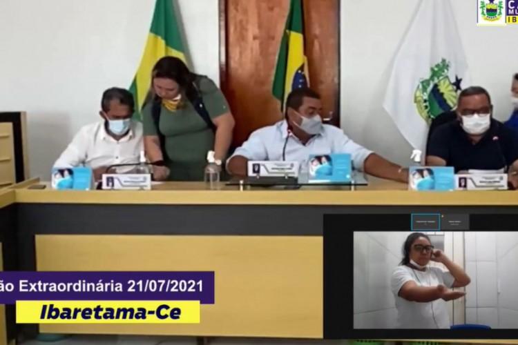 Presa pela morte de sete pessoas, vereadora eleita pelo PT no interior do Ceará toma posse de dentro do presídio