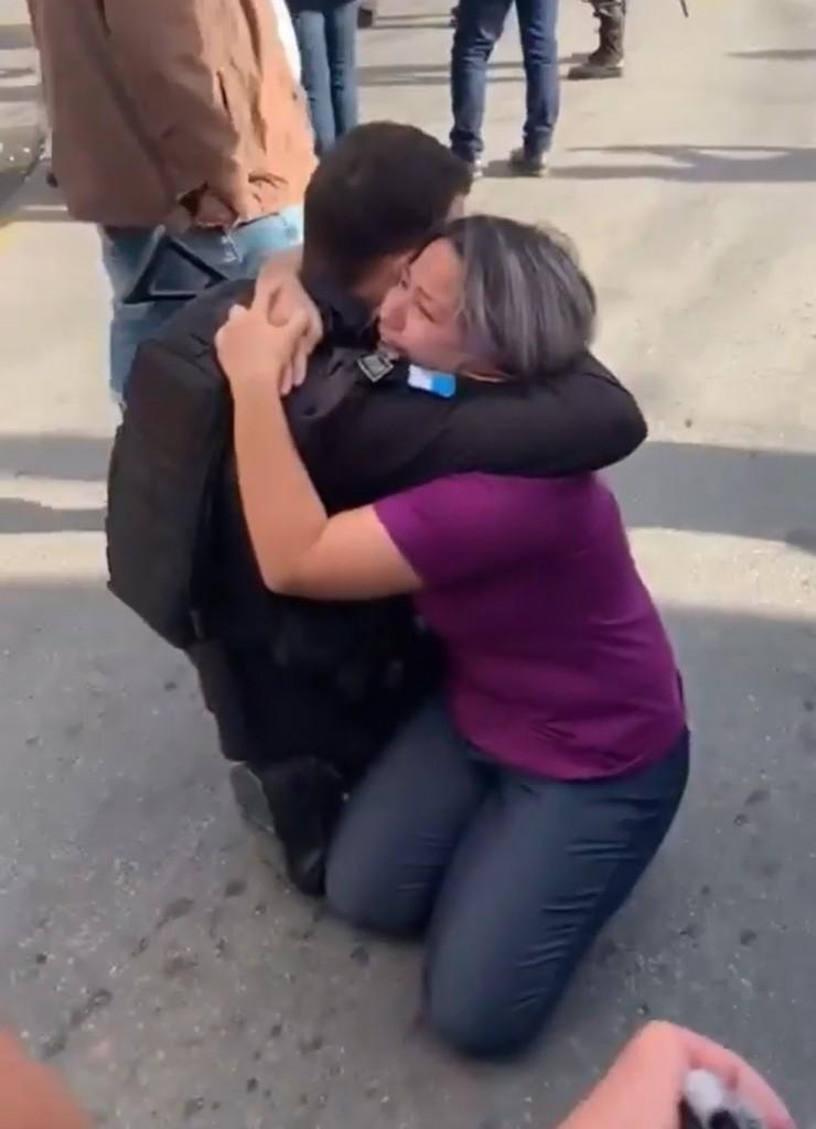 """vitima - """"Nasci de novo"""", diz vendedora sequestrada por assaltante; moradores registraram momento em que PM mata criminoso - VEJA VÍDEO"""