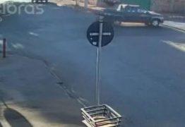 """Motociclista """"voa"""" ao ser atingido por carro em alta velocidade – VEJA VÍDEO"""