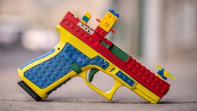 xblog lego.jpg.pagespeed.ic .cM0wgwEBN  - Pistola customizada para parecer brinquedo de Lego causa controvérsia: 'Armas são divertidas'