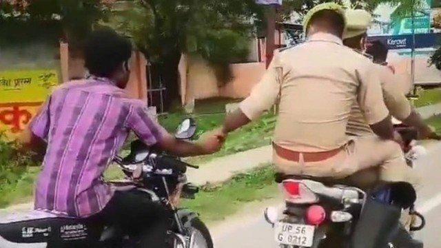 xblog police india.jpg.pagespeed.ic .hS5FikDXoH - Policial na garupa conduz detido a delegacia segurando a mão dele, que guia outra moto - VEJA VÍDEO