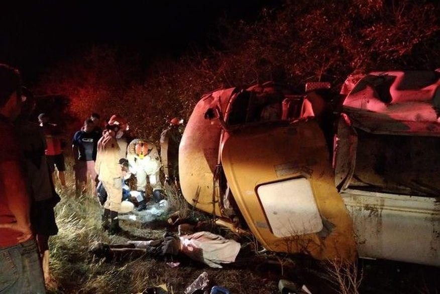 060359f9 0236 495e b3aa d0d65d4da438 - Caminhão-pipa capota e motorista morre em rodovia da Paraíba