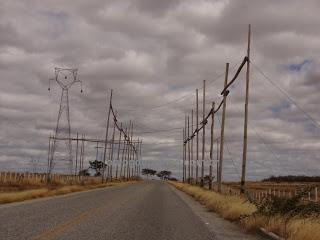 100 0422 - VALE DO PIANCÓ: torres são montadas às márgens das BR's 361e 426 para levar energia eólica de Santa Luzia à Pombal