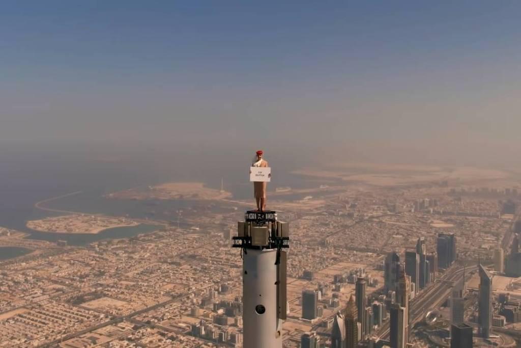 16285591936111d7593630e 1628559193 3x2 lg - 800M DE ALTURA: Empresa aérea coloca aeromoça no topo do edifício mais alto do mundo para gravar vídeo