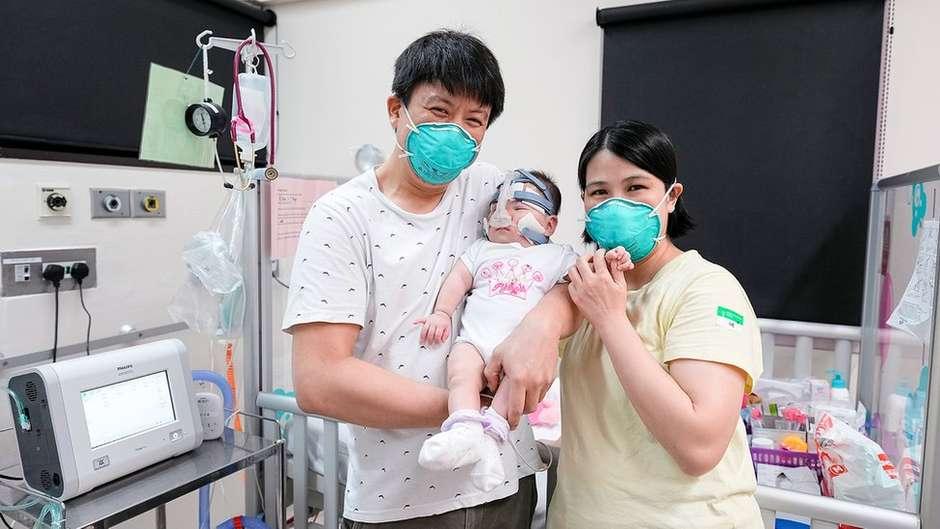 1864245521 119841621e1b896cb e4d6 4c19 81ae 5539b81a8efb - MILAGRE! Menor bebê prematuro do mundo, nascida com peso de uma maçã, tem alta após 13 meses
