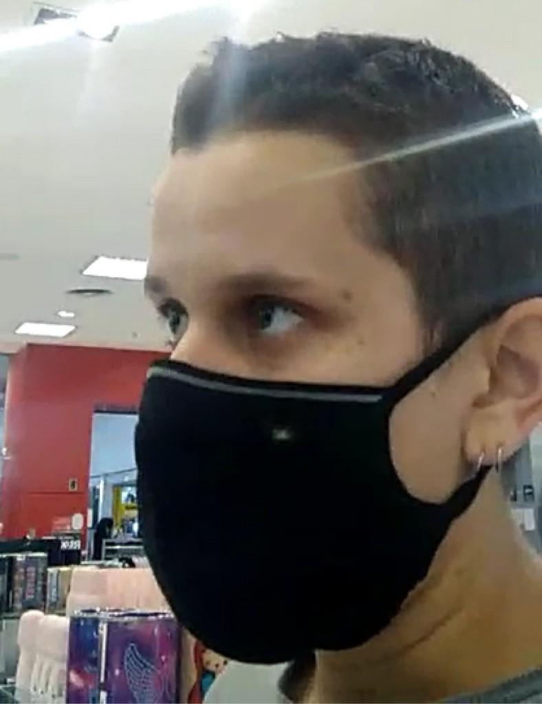 2222222 - Mulher tem provador invadido em loja após segurança dizer que ela era um homem