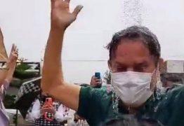 """Tião Gomes comemora chegada de água nas torneiras do Distrito de Mata Limpa, em Areia e """"toma banho"""" em chuveiro – VEJA VÍDEO"""