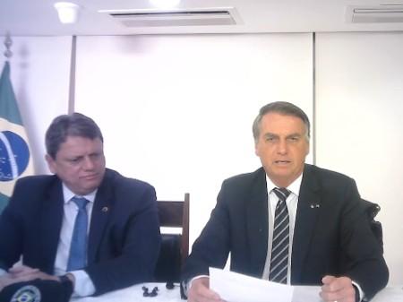 26ago2021 o ministro da infraestrutura tarcisio de freitas e o presidente jair bolsonaro sem partido durante live 1630016195108 v2 450x337 - CRISE: Bolsonaro pede à população que apague 'um ponto de luz' para economizar energia