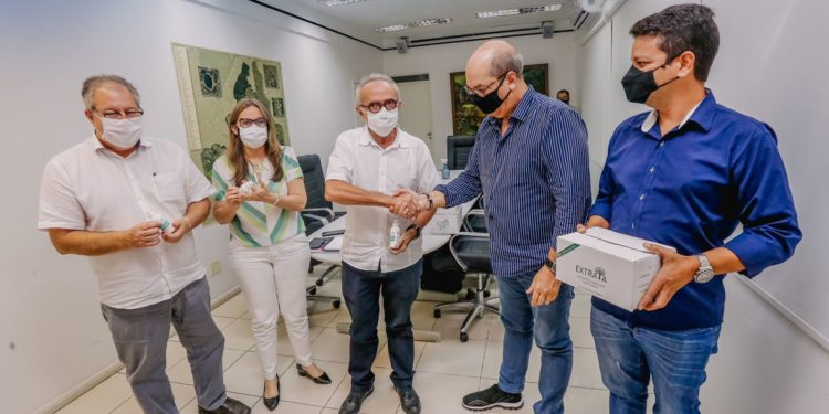 37d188ea 9285 4d95 82a8 0e0ff5b59a73 750x375 1 - Prefeito Cícero Lucena recebe doação de 5 mil antissépticos que serão distribuídos nas redes de saúde e educação