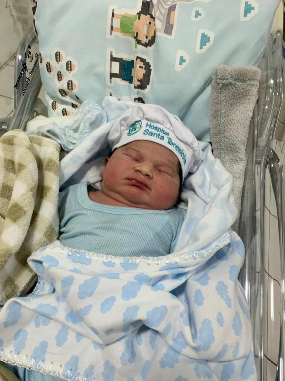 """Bebe 2 scaled - Menino nasce com 5,3 quilos e 55 centímetros e recebe apelido de """"super bebê"""""""