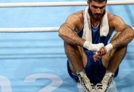 Boxeador não aceita derrota, soca câmera e se recusa a deixar o ringue