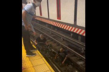 Capturar 28 360x240 - Homem pula nos trilhos e salva cadeirante segundos antes do trem passar - VEJA VÍDEO