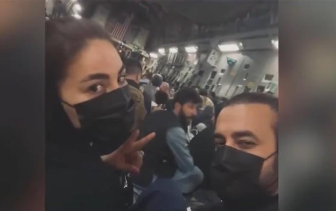 Capturar 69 - Popstar do Afeganistão mostra fuga do país em avião de carga dos EUA - VEJA VÍDEO