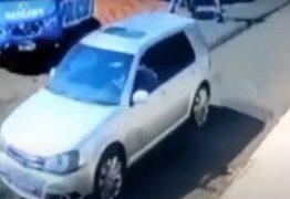 Adolescente é baleado na rua quando voltava da escola após carro furar bloqueio policial – VEJA VÍDEO