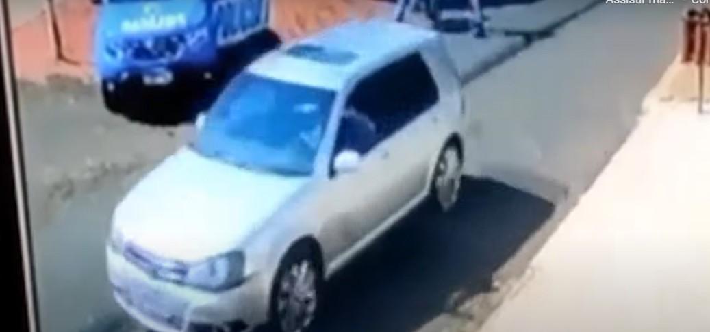 Capturar 77 - Adolescente é baleado na rua quando voltava da escola após carro furar bloqueio policial - VEJA VÍDEO