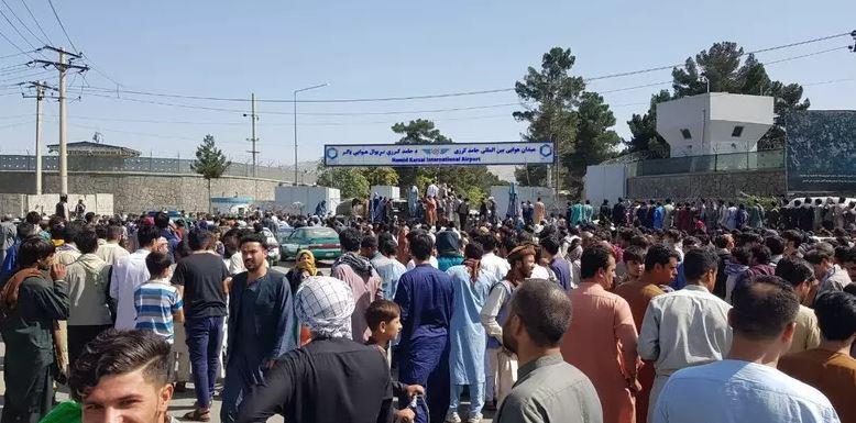 Capturar.JPGkmm - Testemunhas relatam tiros e desespero em tentativa de fuga em massa de Cabul - VEJA VÍDEO