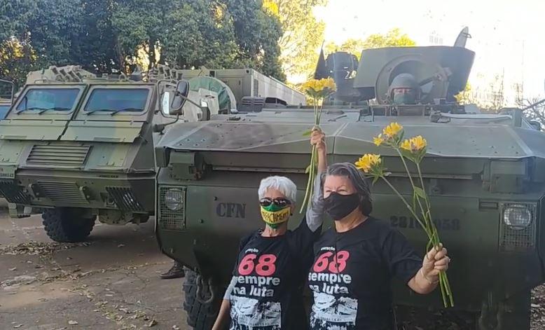 Capturar.JPGuju - Diante de tanques e blindados, geração 68 protesta com flores em Brasília - VEJA VÍDEO